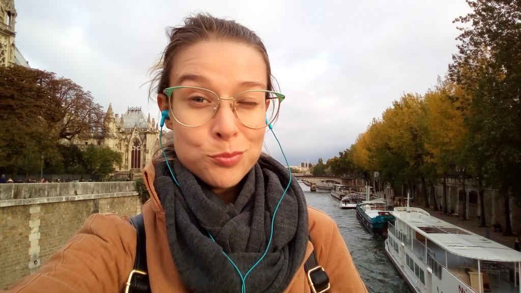 WOMANWORD Selfie en el Sena. París.